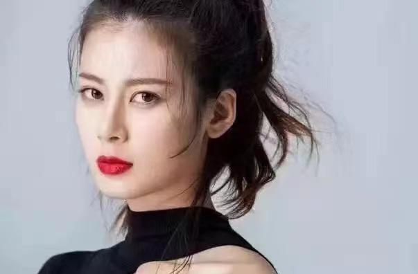 疑沈佳欣海外账号发文:因怼钟南山被封杀丢工作