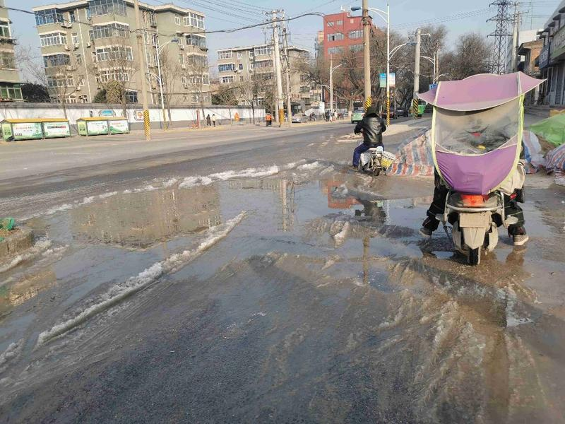 西安洪慶街輔道結冰導致多人摔倒 疑似地下管網破損積水滲出