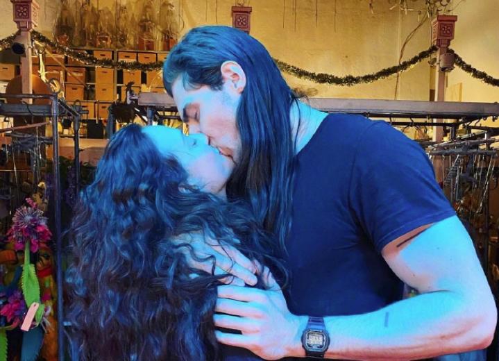 《破产姐妹》Max官宣新恋情!晒与男友接吻照甜蜜十足